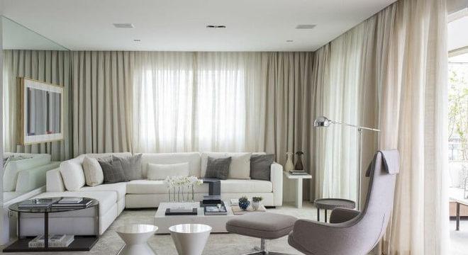Sala de estar com mesa redonda de canto grande preta Projeto de Triplex Arquitetura