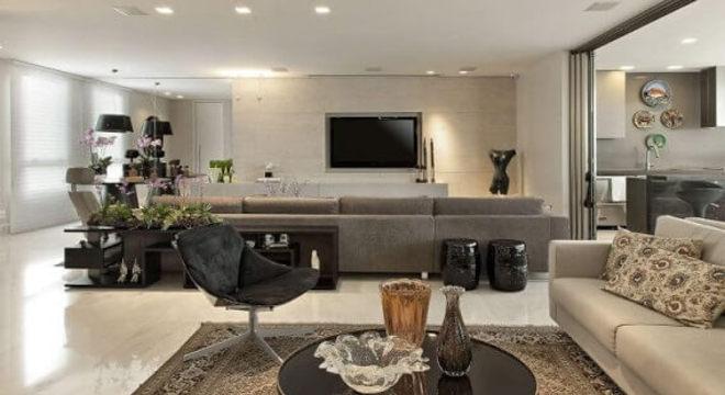 Sala de estar com mesa redonda de centro preta Projeto de Gislene Lopes