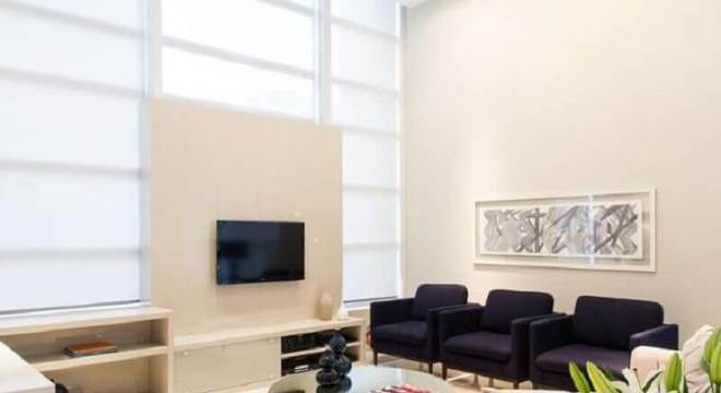 Sala de estar com mesa redonda espelhada de centro