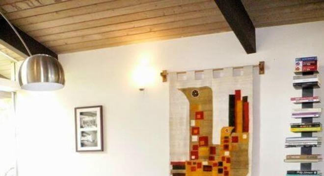 Sala de estar com tapete na cor marsala