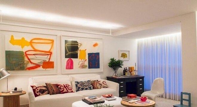 Sala de estar decorada com mesa de carretel