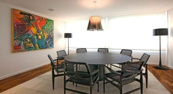 Sala de jantar com mesa redonda e cadeiras pretas Projeto de AMFB Arquitetura