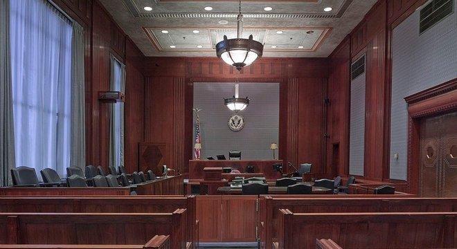Sala de julgamentos nos Estados Unidos, com espaço para jurados