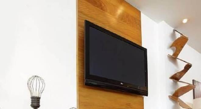 sala decorada com rack com painel de madeira