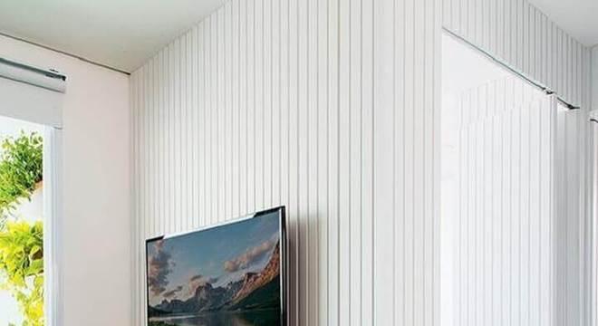 sala decorada com tapete azul e rack de madeira moderno