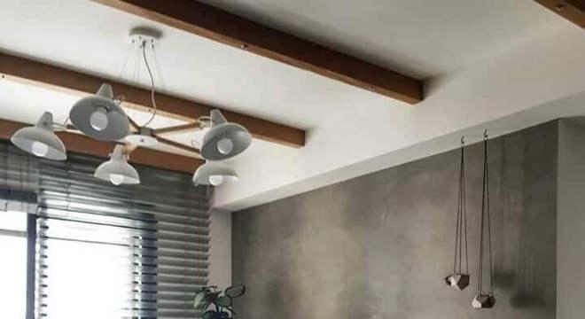 sala moderna decorada com rack de madeira e parede cinza
