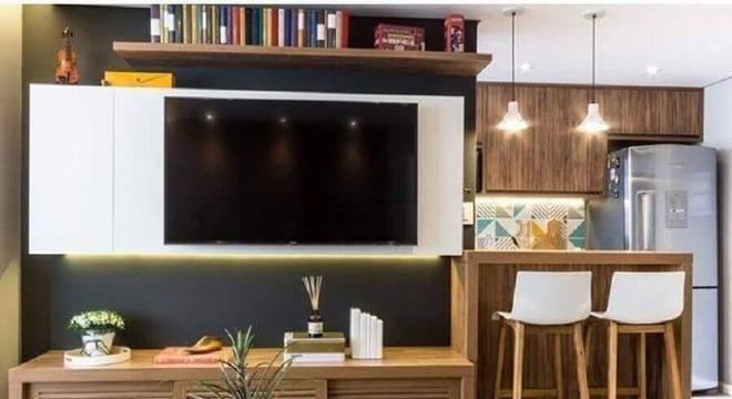 sala pequena com cozinha americana decorada com rack de madeira moderno