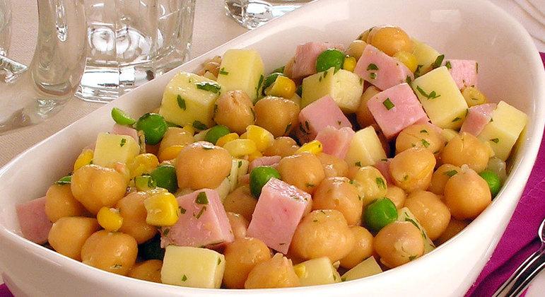 Salada de grão-de-bico com presunto e queijo