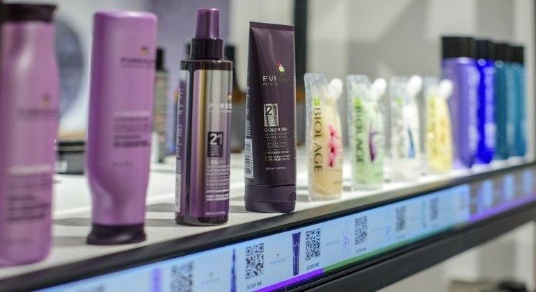 Prateleira com código QR, para compra online de cosméticos