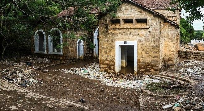 Toneladas de lixo carregadas pelo rio Tietê se acumularam em Salto (SP)