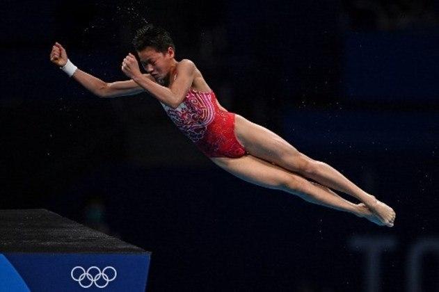 SALTOS ORNAMENTAIS - A performance de Quan Hongchan, de 14 anos, na final feminina da plataforma de 10m fez história nos saltos ornamentais dos Jogos Olímpicos de Tóquio. A chinesa não só conquistou o ouro, como também recebeu notas 10 de todos os juízes em dois saltos. Ela não deu chance para a colega de delegação Chen Yuxi, que ficou com a prata e nem para Melisa Wu da Austrália, que recebeu o bronze.