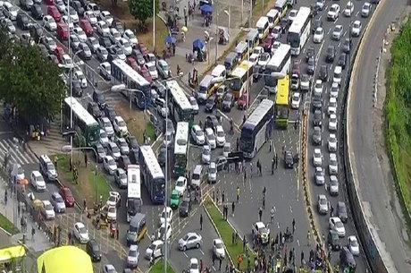 Manifestação saiu da região da Sete Portas, passou pela Rótula do Abacaxi e segue no Iguatemi