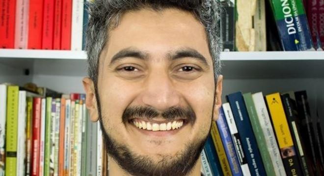 O psicólogo Salvador Corrêa, 34, soropositivo desde os 27, trabalha na Abia