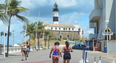 Movimento na Praia da Barra, em Salvador, neste sábado