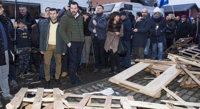 Salvini em acampamento roma durante campanha eleitoral, em fevereiro; críticas do ministro ecoam em parte da população italiana