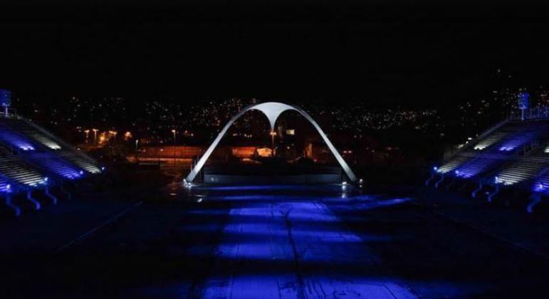 No Rio de Janeiro, passarela do samba ficou vazia, mas sambódromo foi iluminado