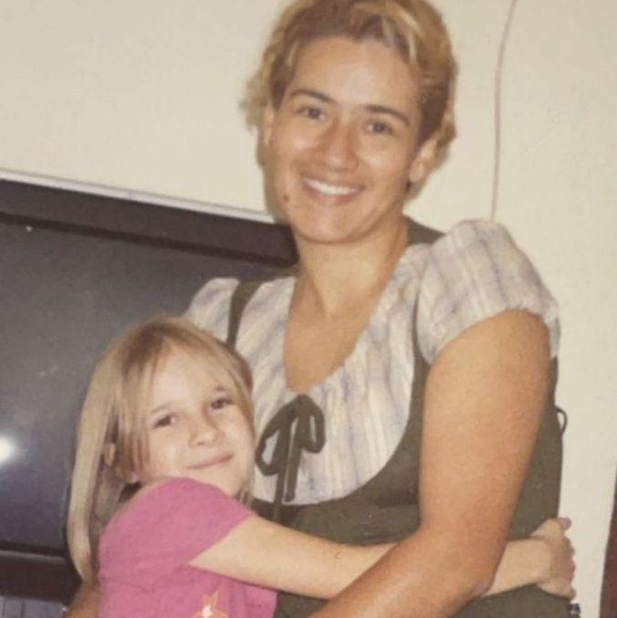 Foto antiga da influenciadora com a mãe