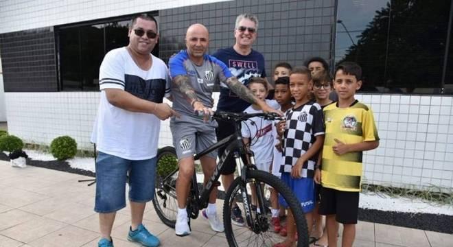Sampaoli vivia uma vida provinciana. Ia ao clube de bicicleta. Era adorado pela torcida