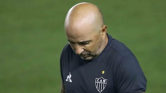 Sampaoli saiu de cabeça baixa da Vila Belmiro. Derrota sofrida