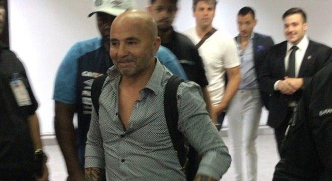Sampaoli desembarca no Brasil e é recebido com festa por torcedores do Santos