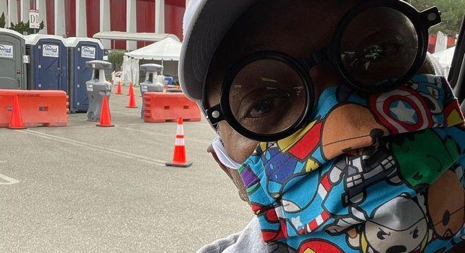 Samuel L. Jackson exibiu sua máscara dos Vingadores ao tomar vacina