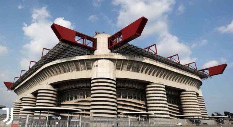 O imponente exterior do Stadio di San Siro