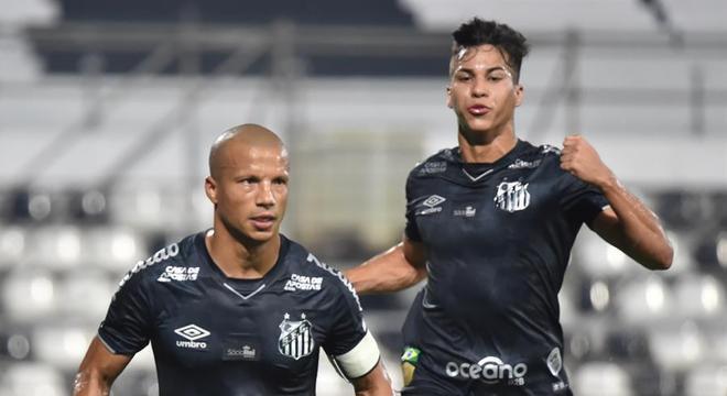 Carlos Sánchez marcou e deu assistência para conduzir vitória do Santos
