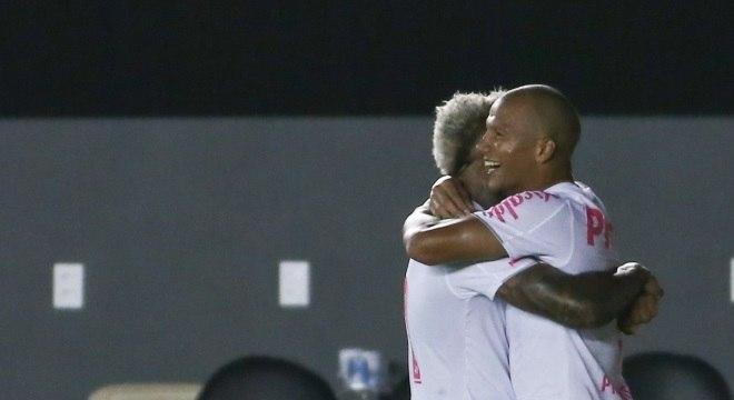 Sánchez e Marinho comemoram gol contra o Bahia