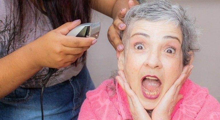 Sandra preferiu raspar o cabelo de uma vez a ter que lidar com sua queda gradual