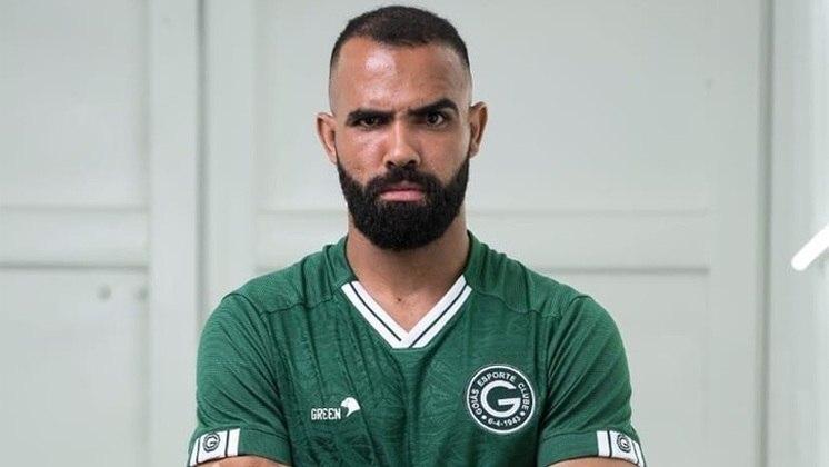 Sandro - O volante, que retornou ao futebol brasileiro após 10 anos, não se destacou no Goiás e sairá no fim do ano.