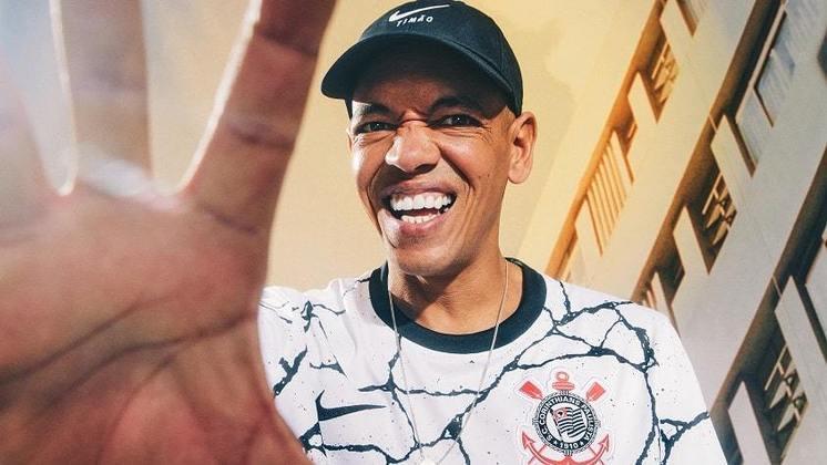 Sandro Testinha posou para fotos com o novo manto alvinegro.