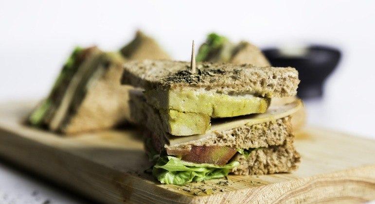 Longa espera por sanduíche vegano virou prato indigesto em restaurante socialista
