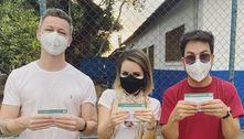 Sandy, Júnior e Lucas Lima são vacinados juntos contra a covid-19