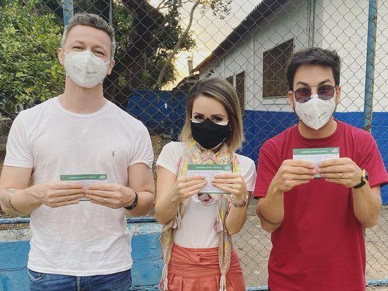 Sandy, Júnior e Lucas Lima foram vacinados juntos contra acovid-19no dia 16 de julho. No post publicado no Instagram da cantora, a alegria foi geral.
