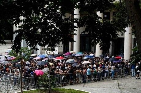 Fãs formam longas filas para comprar ingressos em SP