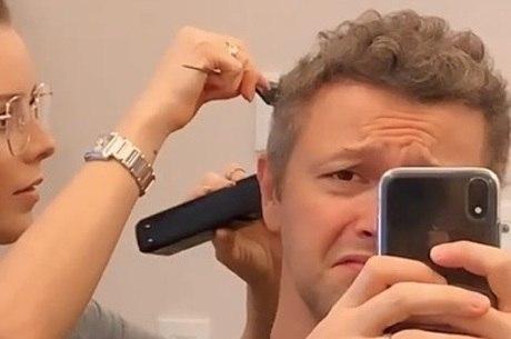 Sandy aparou os fios do cabelo de Lucas