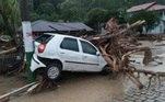 Entre imóveis inundados e carros arrastados, os socorristas locais receberam mais de 100 chamados nas últimas 11 horas