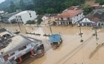 Como mostram as imagens feitas pelos moradores, o nível da água subiu muito após as chuvas de quarta (16)
