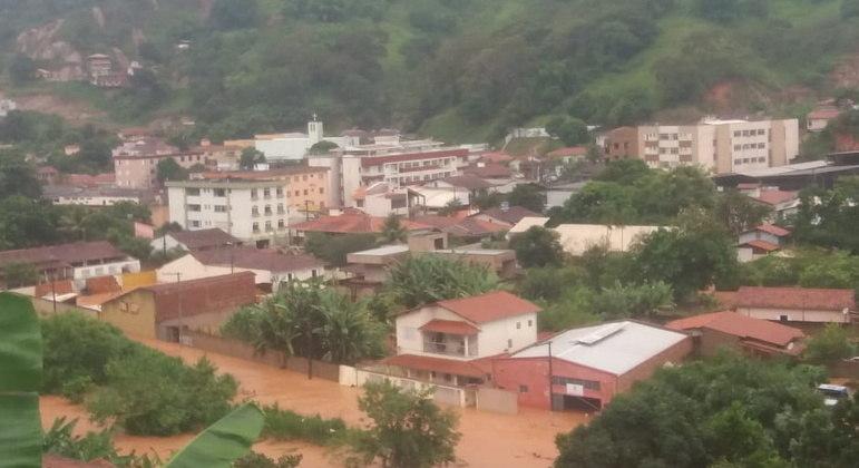 Santa Maria de Itabira amanheceu coberta pela água da chuva que causou desabamentos