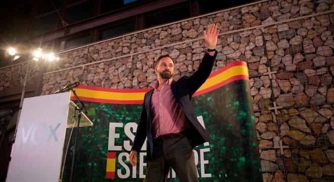 Para alguns especialistas, o partido de extrema-direita Vox surge, em parte, em resposta à independência da Catalunha. Na foto, o candidato Santiago Abascal