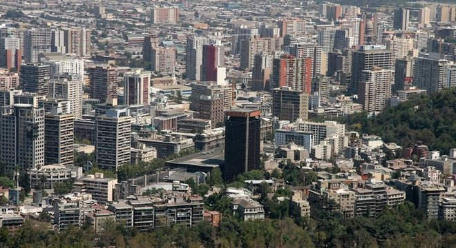 A atual história econômica do Chile começa no início dos anos 1980, quando abraçou o neoliberalismo durante a ditadura do general do Exército Augusto Pinochet (1915-2006)