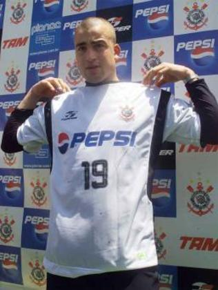 """SANTIAGO SILVA - O uruguaio Santiago Silva, """"El tanque"""", passou pelo Corinthians em 2002. Em sua rápida passagem, colecionou decepções para a torcida. Fez cinco jogos, sem marcar nenhum gol"""