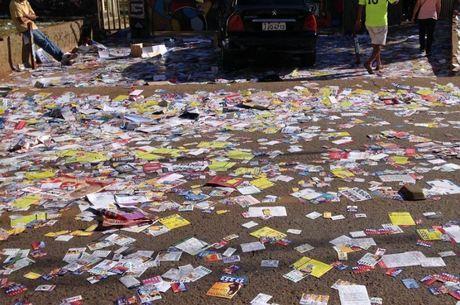 Lixo eleitoral: panfletos jogados nas ruas