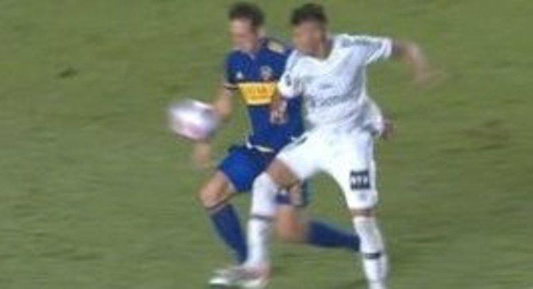 O pênalti não marcado a favor do Santos. Izquierdoz corta com o braço direito