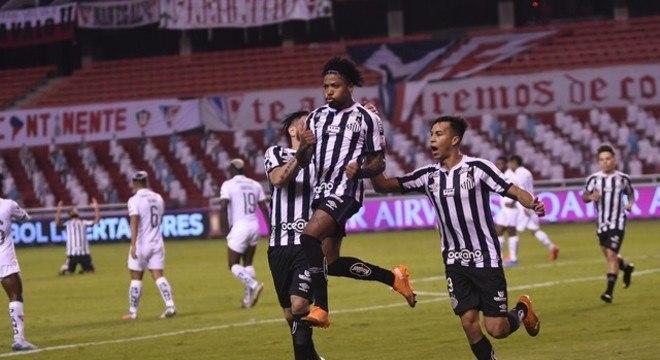 Marinho comemora o segundo gol santista. Vitória surpreendente e merecida