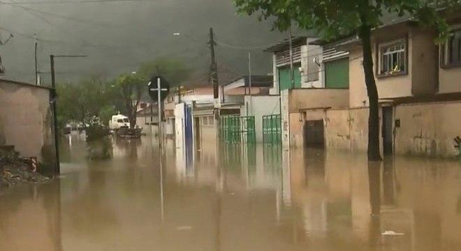 Santos foi castigada pelo temporal e as ruas da cidade continuam alagadas