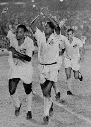 Lima, Dorval e Dalmo, autor do gol do título, comemoram no Maracanã