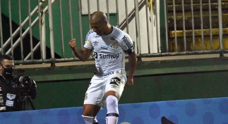 Santos vence a Chapecoense fora de casa, com gol de  Sánchez