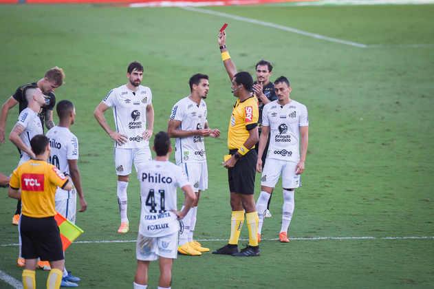 Santos e Ceará ficaram empatados por 0 x 0, na Vila Belmiro, no duelo de ida das oitavas de final da Copa do Brasil. O zagueiro Lucas Veríssimo foi expulso no final do primeiro tempo e complicou o jogo para o Santos. Por isso, levou a pior nota do time. Veja as avaliações do LANCE! para o Peixe.