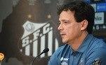 Fernando Diniz foi apresentado oficialmente como novo técnico do Santos nesta segunda-feira (10). Neste primeiro dia como treinador do Peixe, Diniz concedeu entrevista coletiva a imprensa na parte da manhã, conheceu as instalações do clube e ainda sobrou tempo para iniciar a preparação do time para o jogo decisivo contra o Boca Jrs, na terça-feira, pela Copa Libertadores